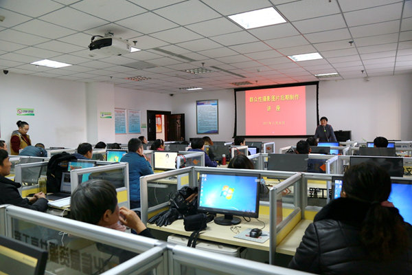 2017年12月20日下午  群众性摄影图片后期制作讲座在亚搏娱乐网站文化馆成功举办
